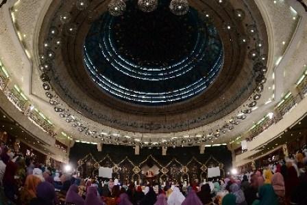 Zikir Nasional yang diadakan di Masjid At-Tin, Jakarta Timur, kembali akan digelar pada malam pergantian Tahun Baru 2016. (Republika/Raisan al Farisi).