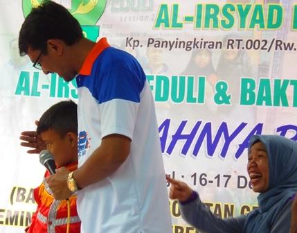 Wabup Helmi Budiman Menyampaikan Pertanyaan Sekaligus Membimbing Santri YPI Al - Irsyad Karangpawitan.