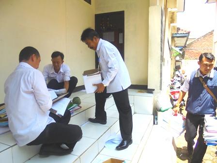 Pegawai Disdik Garut, Rabu Sibuk Benahi Dokumen Terkait Banyaknya Rotasi Maupun Mutasi Pejabat.