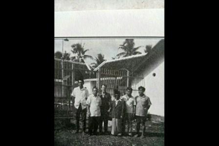 Orang-orang yang pernah dipenjara Sukarno. Dari kiri ke kanan: Mochtar Lubis, M Yunan Nasution, HJ Princen, K.H. Isa Anshary, E.Z. Muttaqien, dan (?) di penjara Jl Keagungan, Jakarta. (Dok. Istimewa).