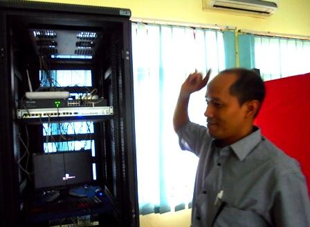 H. Nurdianto Tunjukan Kesiapan Prima Server SMKN 2 Garut Berkapasitas Kecepatan 100 MBPS Guna Menunjang UNBK 2017.