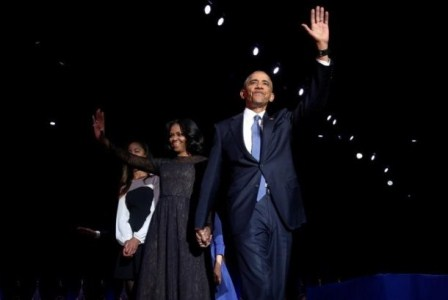 Presiden AS Barack Obama bersama istri Michele Obama di atas panggung saat pidato perpisahannya di Chicago, AS, Selasa (11/1) waktu setempat. (Reuters/Jonathan Ernst).