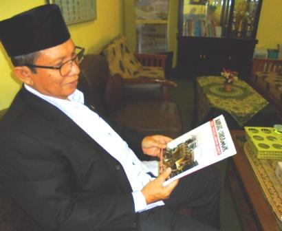 Drs H. Ahmad Zacky Siradj dari Komisi Tiga DPR RI yang membidangi Hukum, HAM dan Keamanan, Menelisik Buku Amuk Cimanuk Bisa Tenggelamkan Garut, Produk Reportase Garut News.