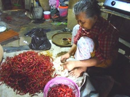Buruh Pembersih Cabai Merah Kering, Berdaya Beli Sangat Rendah.