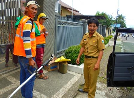 Jajaran UPTD PUPR Tarogong Kidul, Gencar Bersihkan Damija.