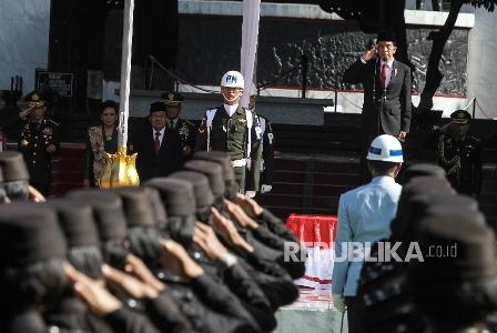 Presiden Republik Indonesia Joko Widodo menjadi inspektur upacara saat mengikuti upacara peringatan Hari Kesaktian Pancasila di Monumen Pancasila Sakti, Lubang Buaya, Jakarta, Sabtu (1/10). Republika/ Raisan Al Farisi.