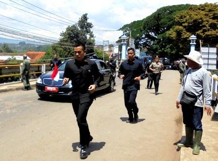 Ilustrasi. Presiden Joko Widodo, Lintasi Jembatan Cimanuk Garut, Jawa Barat.