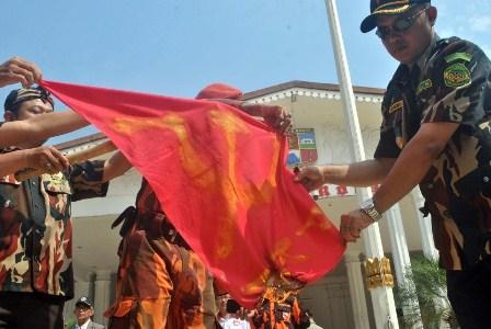 Sejumlah anggota ormas membakar bendera komunis . (ilustrasi Republika) Antara/Arif Firmansyah