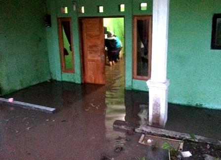 Derasnya Luberan Air Menerabas Rumah Penduduk.