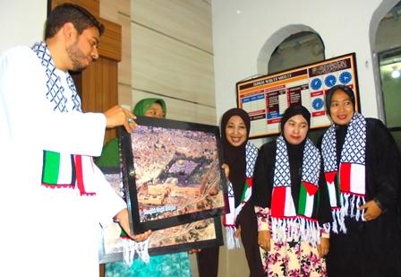 Kaum Ibu dari Masjid An-Nur Menjadi Donatur Untuk Meringankan Penderitaan Rakyat Palestina, Mendapat Cendera Mata dari Syeikh Mohammed M.M. Subaih.