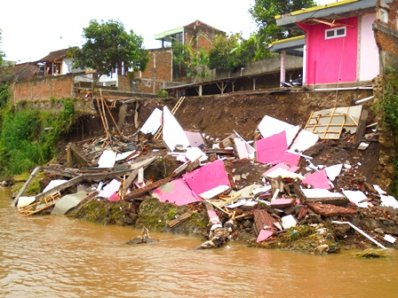 Kondisi Bantaran Sungai Cikamiri.