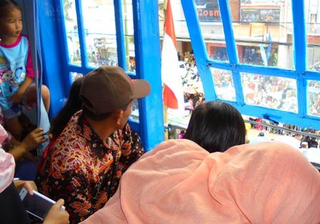 Menonton Gebyar Budaya 2017 Dari Lantai Dua Gedung KNPI Garut.