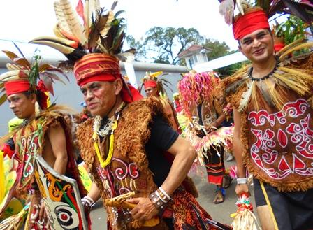 Rombongan Atraksi Seni Budaya dari Kalimantan.