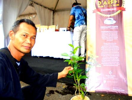 Aries Sontani Bina Kelompok Budidaya Kopi di Pasirwangi Garut, Jabar.