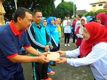 Staf Akhli Bupati, Ir Suhartono Peroleh Bingkisan.