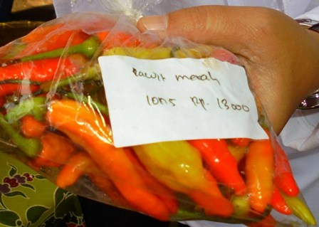 """Dinas Ketahanan Pangan"" (DKP) Kabupaten Garut, Rabu (01/03-2017), antara lain memasarkan komoditi cabe rawit merah dengan harga Rp13 ribu setiap ons, atau Rp130 ribu per kilogram."
