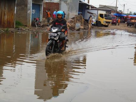 Pasar Induk Garut Belum Kebanjiran Cabai, Melainkan Kerap Tergenang Air Nyaris Setiap Diguyur Hujan Lebat.