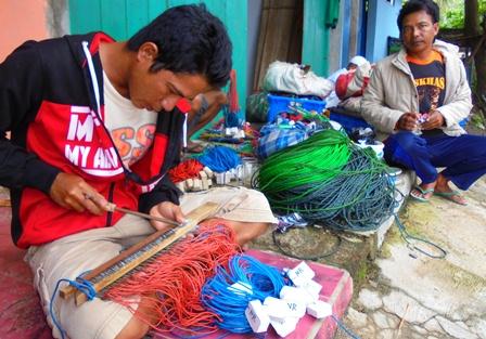 Kalangan Nelayan Terpaksa Bekerja Serabutan, Termasuk Mengasah Mata Kail Penangkap Ikan.