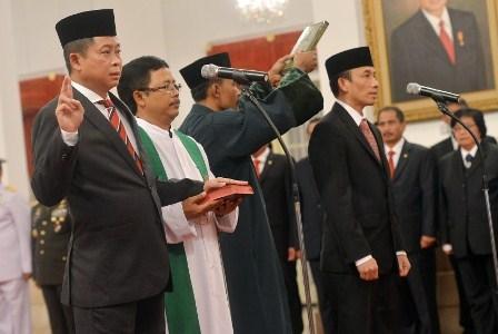 Menteri ESDM Ignasius Jonan (kiri) dan Wamen ESDM Arcandra Tahar (kanan) mengucapkan sumpah jabatan saat upacara pelantikan yang dipimpin Presiden Joko Widodo di Istana Negara, Jakarta, Jumat (14/10).  Antara/ Yudhi Mahatma.