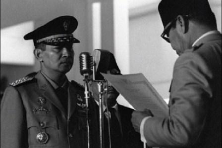 Soeharto ketika menerima mandat presiden dari Soekarno. (Soeharto ketika menerima mandat presiden dari Soekarno. (Arsip Nasional).