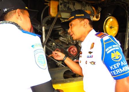 Sofyan Hidayat Beserta Penguji Memeriksa Kondisi Mesin Bis AKAP.