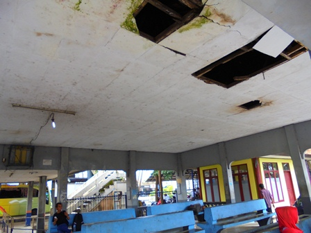 Kondisi Atap Ruang Tunggu Terminal Garut, Bolong-bolong, Acap Bocor Setiap Diguyur Hujan Deras.