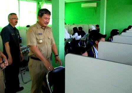 Bupati Rudy Gunawan antara lain Didampingi Ahmad Gunawan Tinjau Penyelenggaraan UNBK SMPN 1 Garut Tahun 2016 Silam.