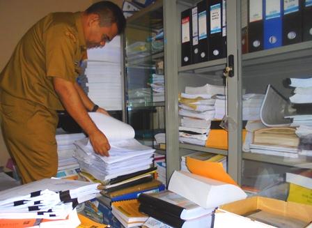 Memeriksa Ragam Kelengkapan Dokumen.