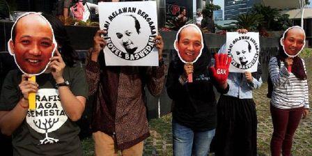 Sejumlah aktivis dari Koalisi Masyarakat Sipil melakukan aksi mengecam aksi kekerasan terhadap Novel Baswedan di depan gedung Komisi Pemberantasan Korupsi (KPK), Jakarta, Selasa (11/4). Mereka dengan membawa gambar wajah Novel meminta pemerintah untuk mengusut tuntas kekerasan tersebut. (Kompas/Alif Ichwan).