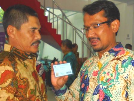 Wakil Bupati Garut Tunjukan Kebanggaan Miliki Kartu Pustaka di Perpoustakaan Kabupaten Garut.