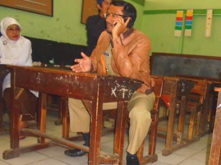 Wakil Bupati Helmi Budiman Menyempatkan Duduk di Ruang Kelas Peninggalan R.A Lasminingrat.