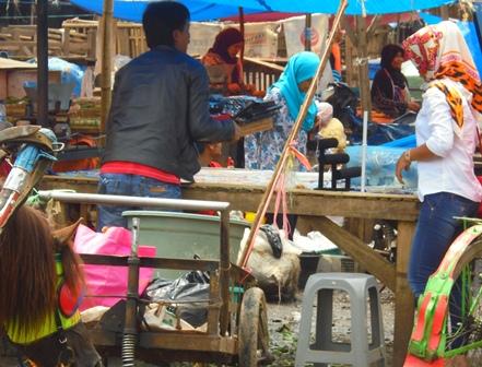 Kaum Perempuan Juga Banyak Berjualan di Pasar.