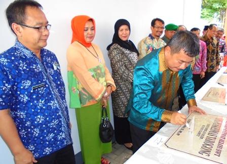 Bupati antara lain Didampingi Wakil Bupati Resmikan Kegiatan Fisik Konstruksi 2016.
