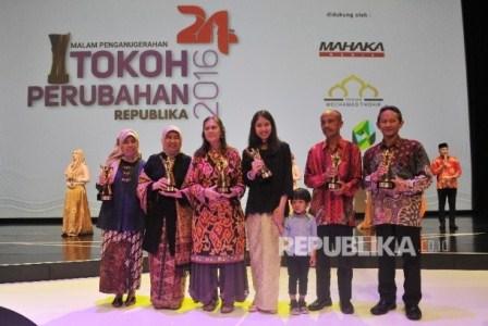 Tokoh Perubahan Republika 2016 berfoto bersama saat malam anugerah Tokoh Perubahan Republika 2016 di Jakarta, Selasa (25/4).  Republika/Prayogi.