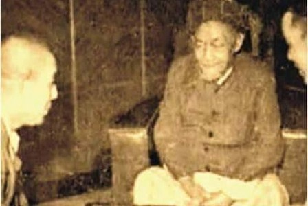 Sosok pendiri NU KH Hasyim Asy'ari ketika bicara dengan opsir tentara Jepang. (Istimewa).