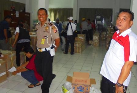 Kepala Seksi Kurikulum SMP , Dr Asep Saeful Bersama Aparat Mengawasi Langsung Proses Pendistribusian Soal UN Ke Masing-masing Rayon, Jum'at (28/04-2017).
