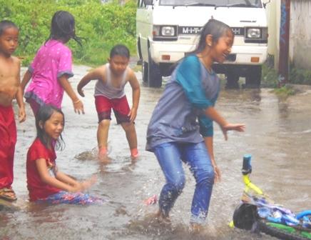 Banjir Dijadikan Sarana Bermain Anak-anak.