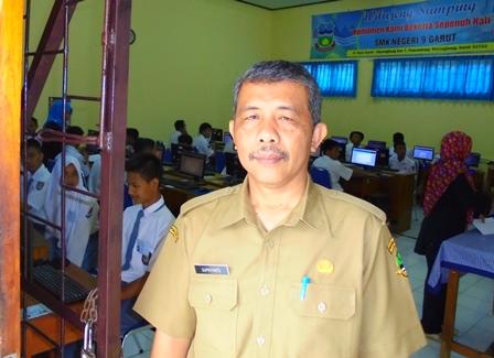 Drs H. Supriyanto, MM Pada Hari Pertama UNBK, Senin (03/04-2017).