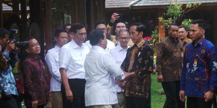Presiden Joko Widodo dan Ketua Umum Partai Gerindra Prabowo Subianto setelah mengakhiri pertemuan di kediaman Prabowo di Hambalang, Bogor, Jawa Barat, Senin (31/10/2016).(Ihsanuddin)