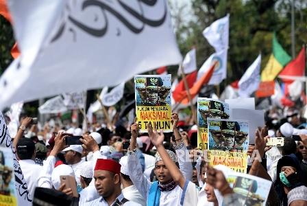 Massa yang tergabung dalam Gerakan Nasional Pengawal Fatwa MUI (GNPF MUI) melakukan aksi di Jalan Merdeka Utara , Jakarta, Jumat (5/5). (Republika/Prayogi).