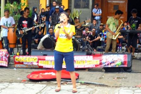 Rock Band, Himpun Bantuan Kemanusiaan.