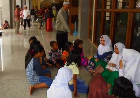 Menunggu Berbuka Syaum di Masjid Agung Garut, Senin (29/05-2017).