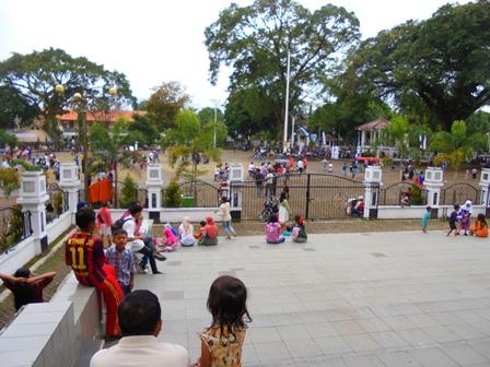 Ngabuburit di Alun-alun Garut.