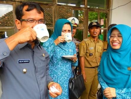 Wabup Helmi Budiman Antara lain Didampingi Devi Z Mutaqin, Saat Nikmati Air Hasil Pengolahan Siap Minum di Kampung Cipangsor Sukajaya.