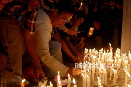 Pendukung terpidana Basuki Tjahaja Purnama (Ahok) melakukan aksi menyalakan lilin (Ilustrasi). (Republika/Rakhmawaty La'lang).