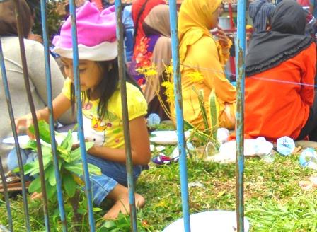 Anak Pengungsi Terdampak Amuk Sungai Cimanuk, Nikmati Makanan Kepedulian Sosial.