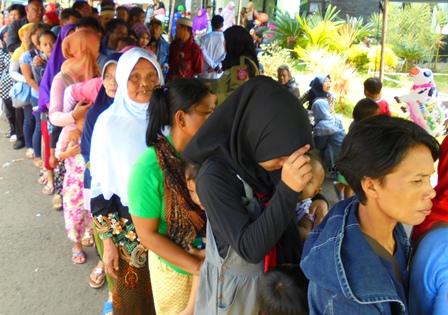 Ribuan Pengungsi Korban Terdampak Amuk Cimanuk, Tertib Antri Mengambil Makanan.
