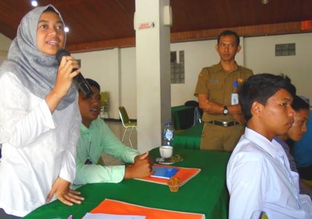 Arif Rahman Memandu Dialog Peserta Dengan Nara Sumber.