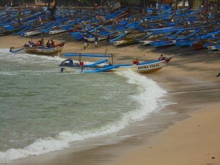 Ombak Besar Menjadikan Banyak Nelayan Terpaksa Gagal Melaut.