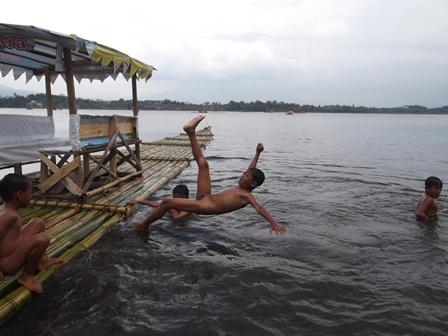 Anak-anak Ceria Berenang di Situ Bagendit. (Foto : John Doddy Hidayat).